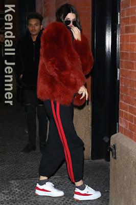 この日のケンダル・ジェンナー(Kendall Jenner)は、赤を基調とし、ゼイネプアルケイ(Zeynep Arcay)のファージャケット、サイドラインの入ったヴェトモン(Vetements)のスウェットパンツ、ゴーシャラブチンスキー(Gosha Rubchinkiy)のスニーカーを合わせたカジュアルダウンな着こなしスタイルに。さらにサンローラン(Saint Laurent)のサングラスをプラスしてクールにキメ。