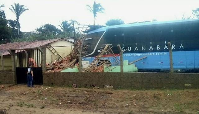 Ônibus perde controle e invade casa em São Benedito, no Ceará