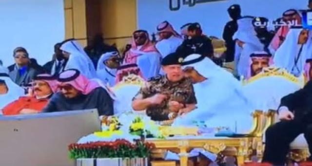 تصرف غير متوقع وإنساني ومتواضع من محمد بن زايد  عندما حاول الملك سلمان فتح قارورة الماء