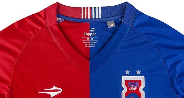 O nome do clube está grafado em marca d água na barra da camisa e na parte  de trás 46ba3832c8839
