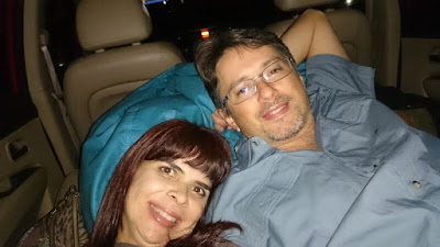 Assistindo a filme no Cine Drive-in