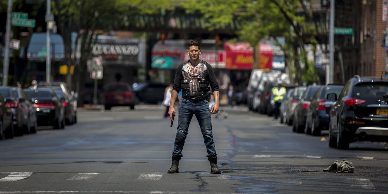 Frank Castle (Jon Bernthal) fegyverrel az utca közepén