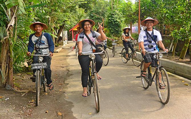 Bersepeda menyusuri jalanan di Desa Wisata Kebonagung, Bantul