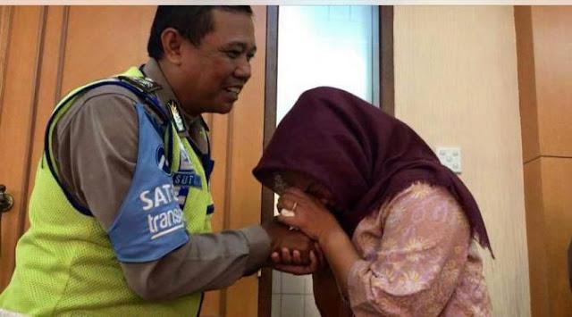 Masyaallah, Dora Natalia Minta Maaf, Menangis Dan Cium Tangan Aiptu Sutisna