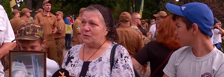 Емоційна промова матері «кіборга» на марші захисників