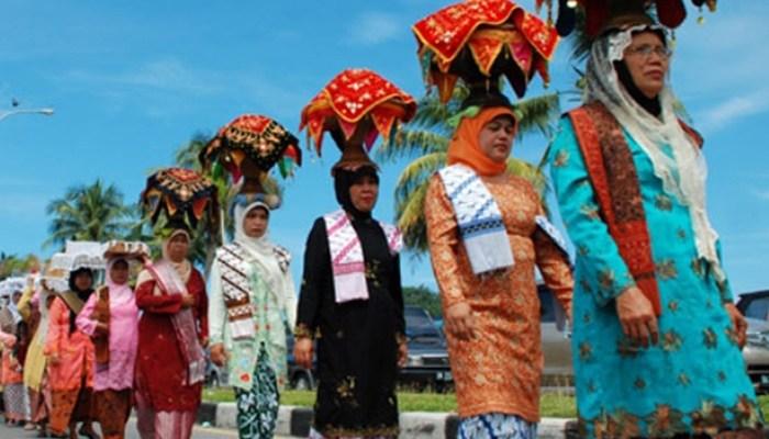 6 Tradisi Wanita Melamar Pria Paling Unik di Indonesia