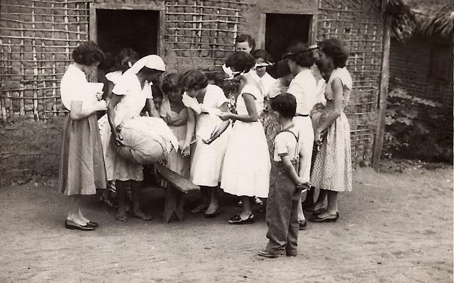 Alunas do Colégio do Carmo em pesquisa, Guarapari, ES, anos 50.