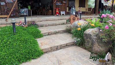 Detalhe da escada de pedra construída com pedra folheta.