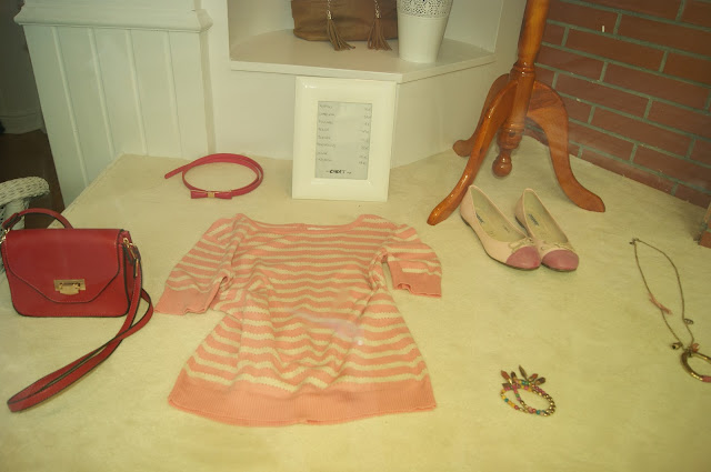 4bac3c7a4 Detalle del escaparate, siento que los colores no se aprecien bien, pero es  que el escaparate tenía un filtro solar. El cinturón rosa, el bolso, ...