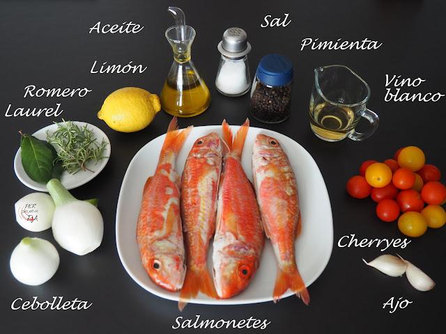 Salmonetes al horno, aromatizados con limón, hierbas aromáticas y ajo, acompañados de una guarnición horneada de cebolleta y tomates cherryes