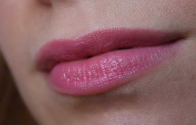 макияж губ с розовой помадой
