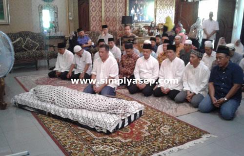 SHOLAT JENAZAH : Sholat Jenazah dua kali, pertama dilangsungkan di rumah duka, dan yang kedua dilaksanakan di Masjid Raya Mujahidin Foto Asep Haryono
