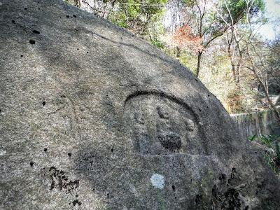 三尊磨崖石仏