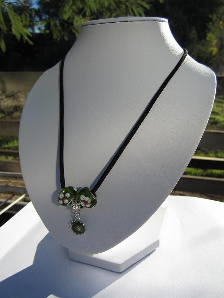 35c79ac961d4 Dale un Me gusta a la página de Bisutería de-pendientes en Facebook y  estarás participando por un Collar Apfel con colgantes de vidrio con  relieve color ...