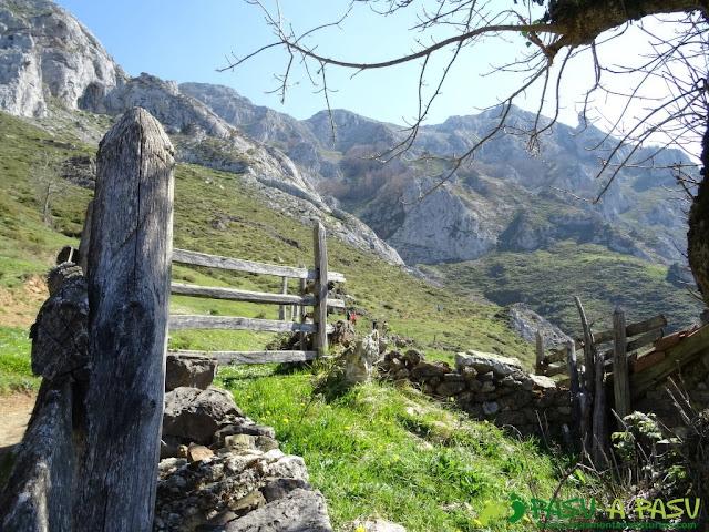 Camino a la Canal de las Cuevas de Peña Mea
