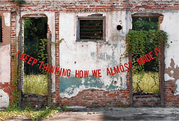 ruine de maison avec message d'amour photographie artistique