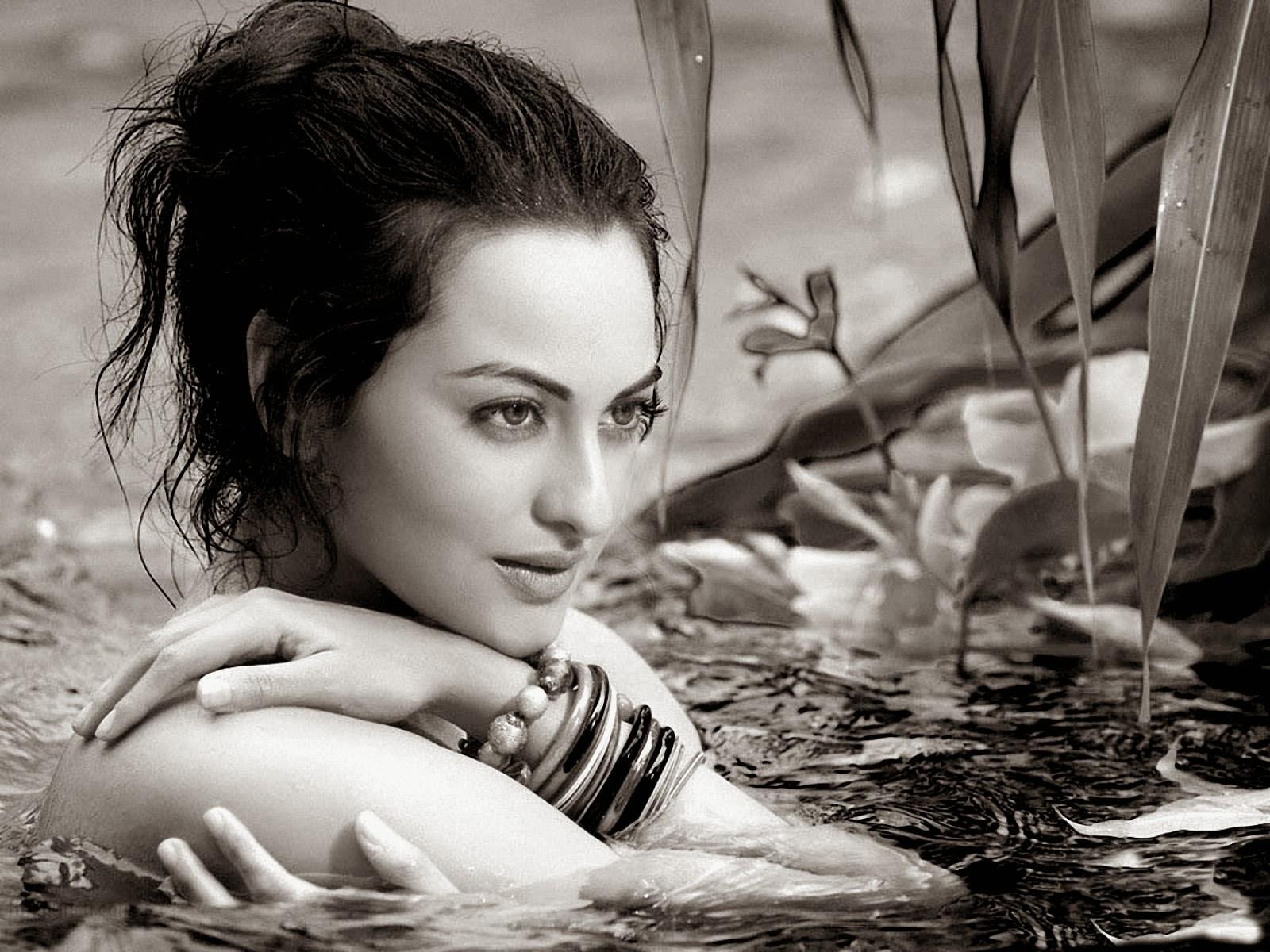 Deepika Padukone Garam Jawani Pics Sonakshi Sinha-2502