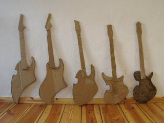 Guitarras hecha con cartón reciclado