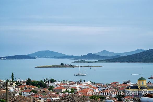 şirin evleri ve sakin deniziyle güzel bir Cunda manzarası, Ayvalık