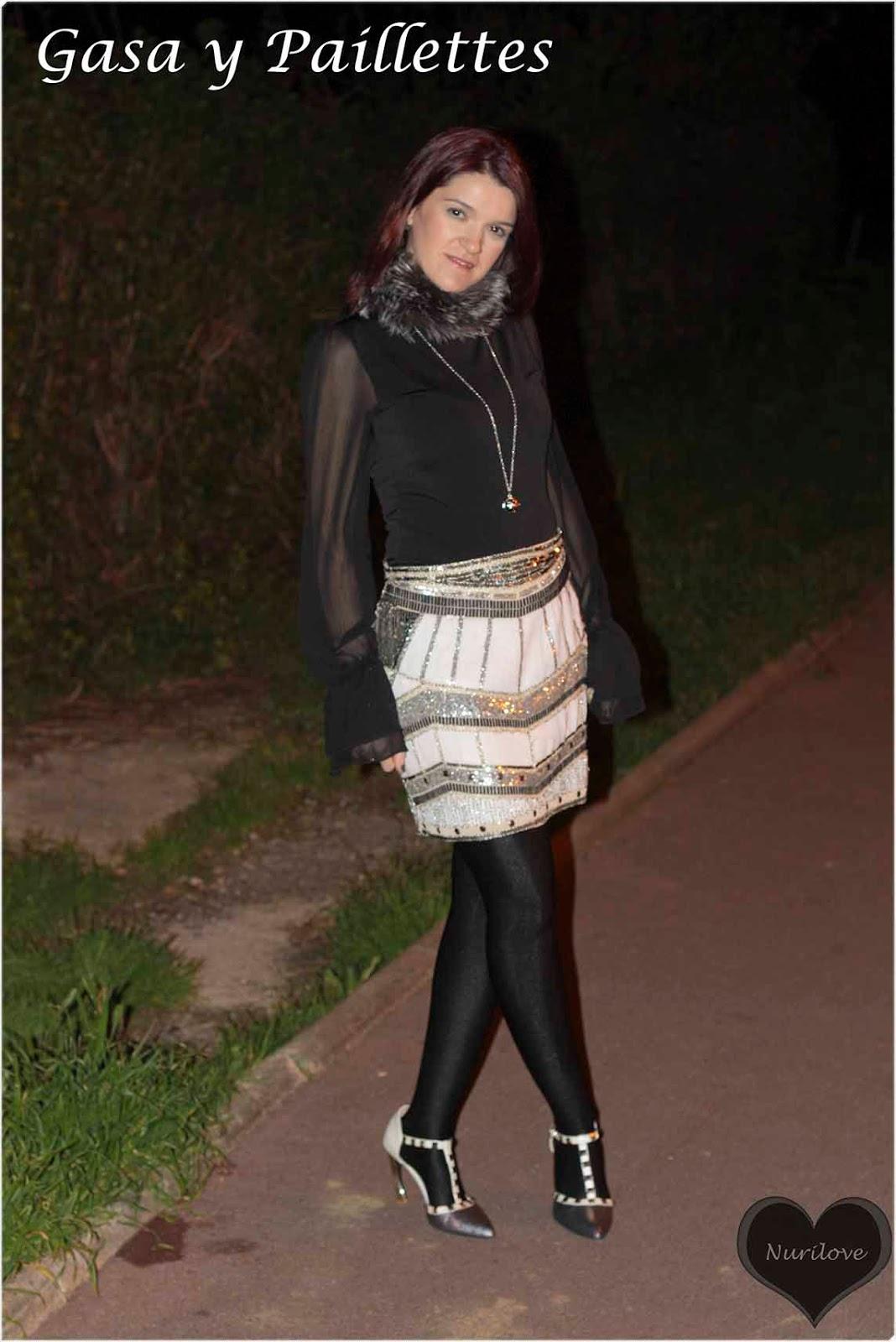 look de gasa con mini falda de paillettes super especial para cualquier evento al que acudir