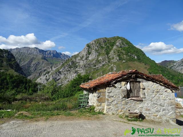 Priesca y el Pico Pondiu, en Ponga