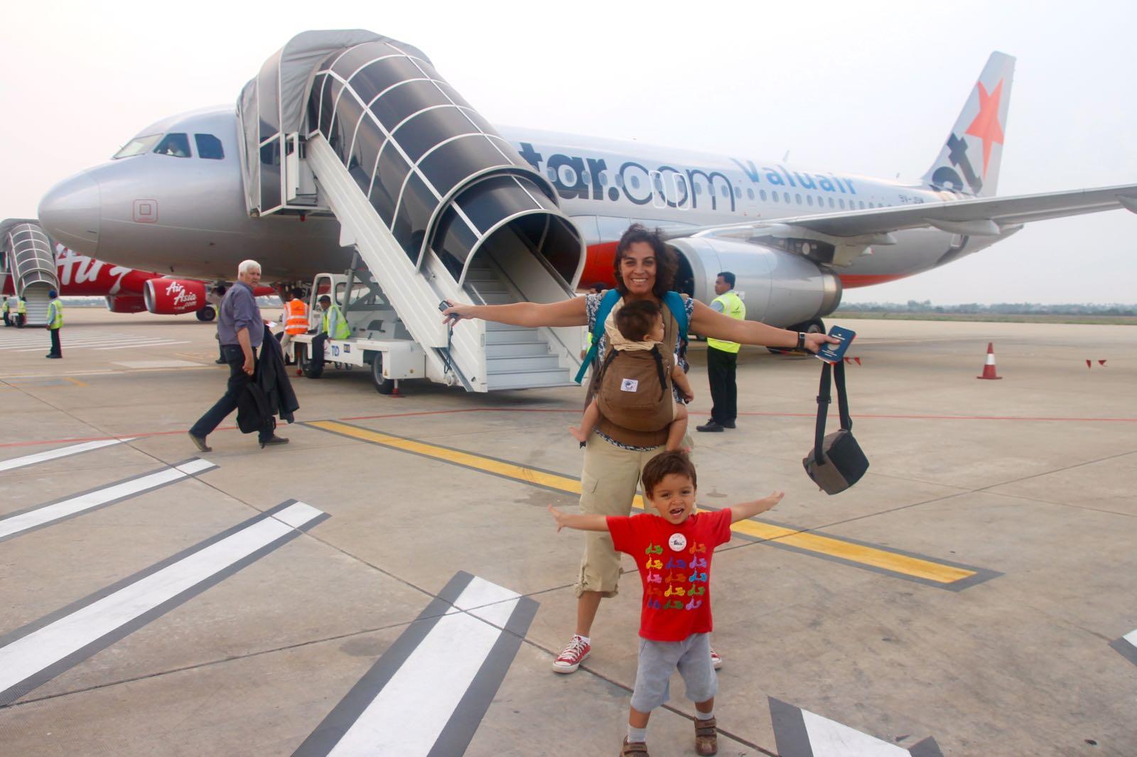 Dicas para viajar de avião com bebês e crianças pequenas