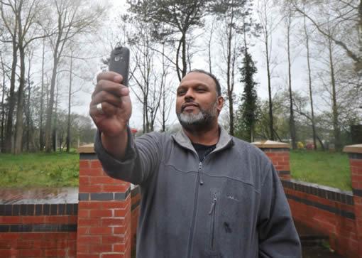 El testigo, Zed Khan, quien afirma haber fotografiado a un supuesto extraterrestre en el cielo de Catforth (Reino Unido).