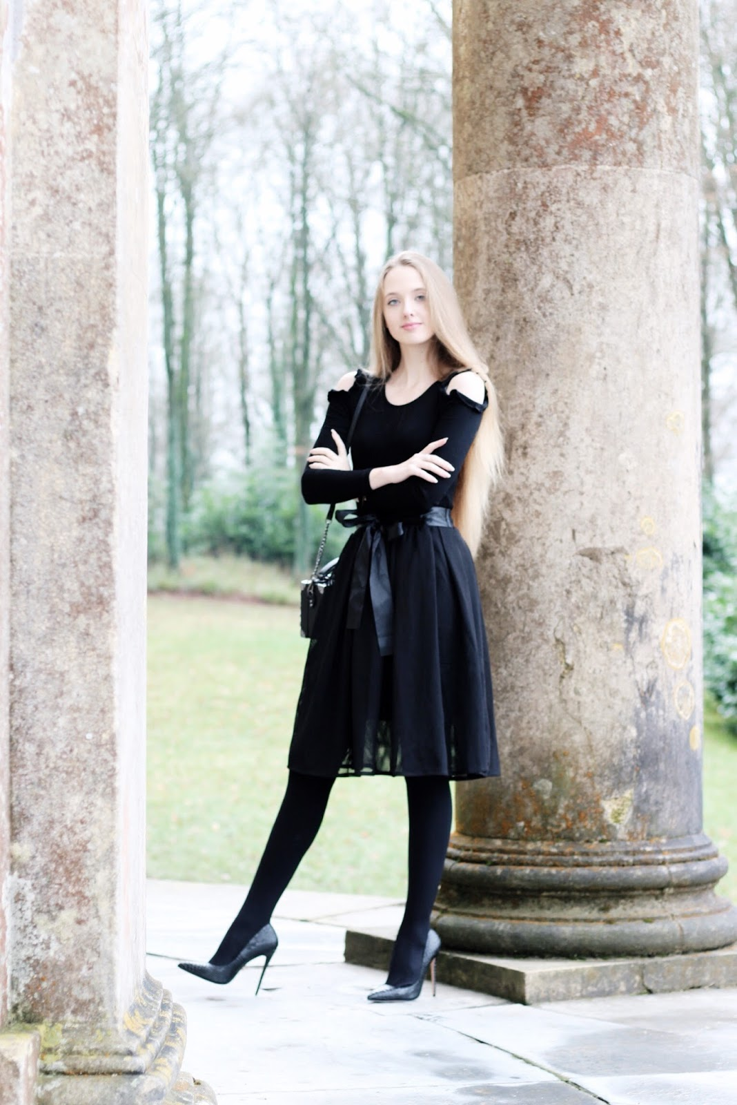 Fashion blogger elegant all black evening look