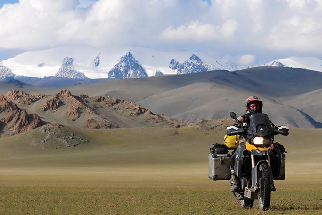 foto traveling menggunakan motor