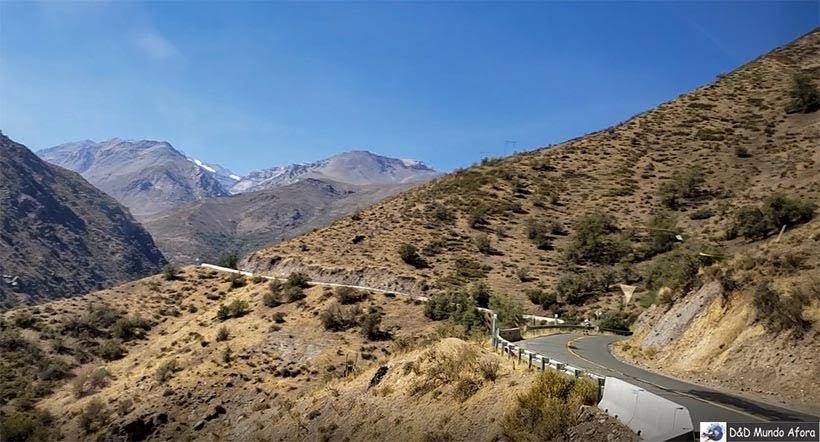 Estrada e suas curvas do Valle Nevado no verão