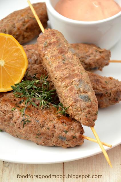 Cevapcici, czyli grillowane kiełbaski z mięsa mielonego to danie popularne m. in. w Chorwacji, Bułgarii, Albanii i Rumunii. Zazwyczaj robi się je z mieszanego mięsa, głównie wołowiny i baraniny, ale wieprzowina również jest mile widziana. Co kto lubi :)   Sekret dobrego smaku tkwi w mieszance przypraw i długim wyrabianiu masy.