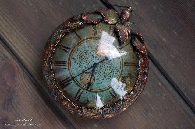 Jesienny medalion z zegarem