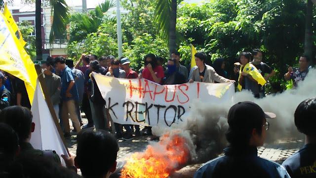 Audiensi Alot, Para Demonstran Paksa Masuk Rektorat