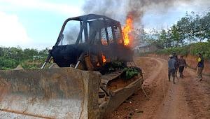 Diduga Ini Penyebab Alat Berat PT LAJ Dibakar Massa