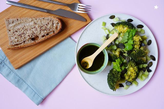 assiette végétale complète brocolis sauce matcha vegan manger sain