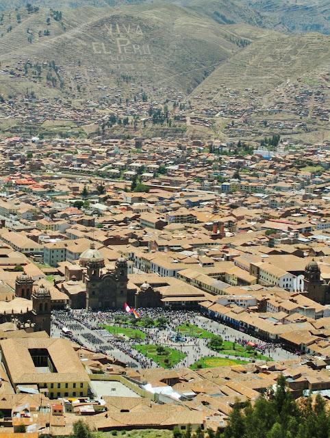Desfile cívico em Cusco, no Peru.