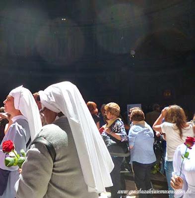 chuva petalas pantheon freiras brasileira roma - Chuva de pétalas no Pantheon