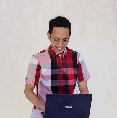 Blogger Eksis sedang mencoba Asus ZenBook terbaru