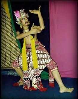 Bentuk Penampilan Tari Yang Dilakukan Lebih Dari Dua Penari Disebut Tari : bentuk, penampilan, dilakukan, lebih, penari, disebut, Materi, Sekolah, Gudang, Jenis, Berdasarkan, Bentuk, Penyajiannya