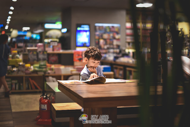 Kid reading book in Kyobo Book Store Gwanghwamun 교보문고 광화문점 in Seoul