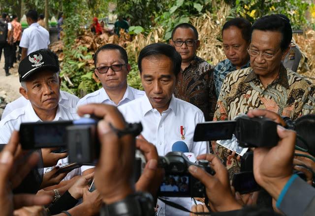 Diminta Akrobat Mengendarai Motor, Jokowi: Ya Gila, Bro!
