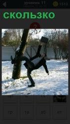 На снегу мужчина подскользнулся и падает на спину