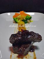 Μοσχαρίσιο μπούτι, με γλυκόξινη σάλτσα από μύρτιλα και Αγιωργίτικο κρασί Νεμέας, πατάτες βουτύρου σοτέ και λαχανικά. - by https://syntages-faghtwn.blogspot.gr