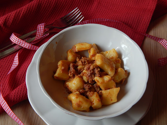 Gnocchi di patate con condimento di ragù alla salamina