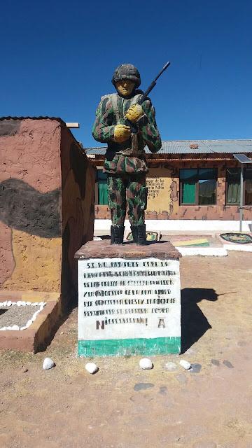 Ein Soldat aus Zement am Eingang