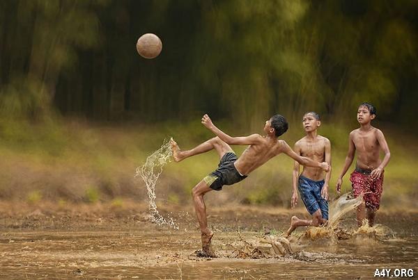 đá bóng dưới mưa