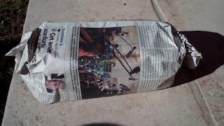 Les briquettes enveloppées de papier journal