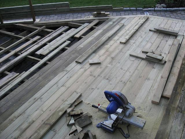 Toppbordene på terrassen skjæres og monteres