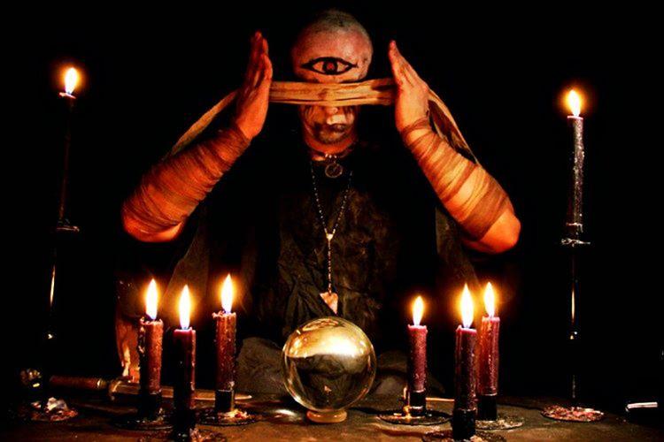 Büyücüler, ak büyücü ve kara büyücü olarak iki ayrı gruba ayrılmaktadır.