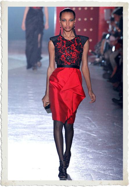 vestirsi di rosso e nero secondo Jason Wu